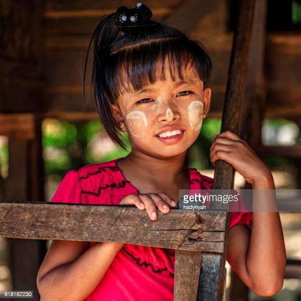 birmese meisje in dorp in de buurt van bagan, myanmar - myanmar stockfoto's en -beelden