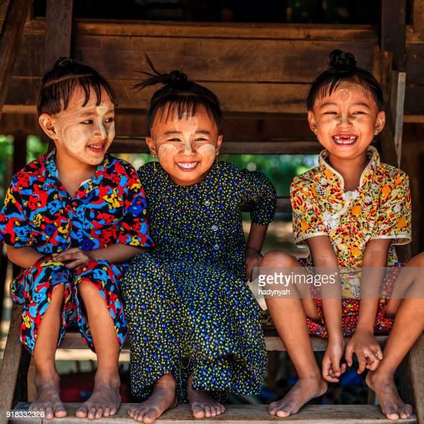 Niñas birmanas en pueblo cerca de Bagan, Myanmar