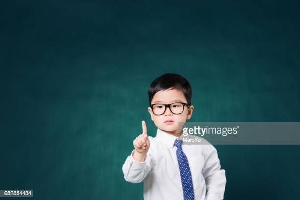 Kleines Business-Mann vor der Tafel
