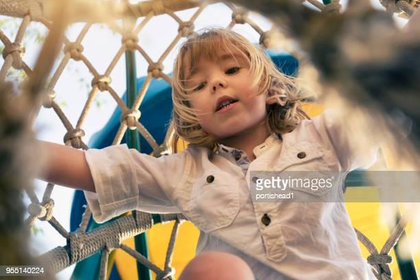 Niño, escalada en el patio