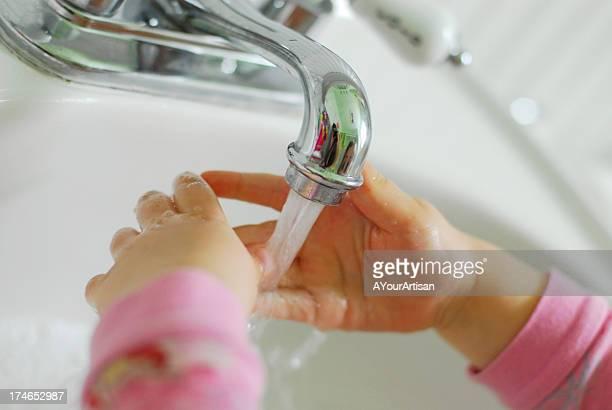 Kleines Kind waschen Ihre Hände