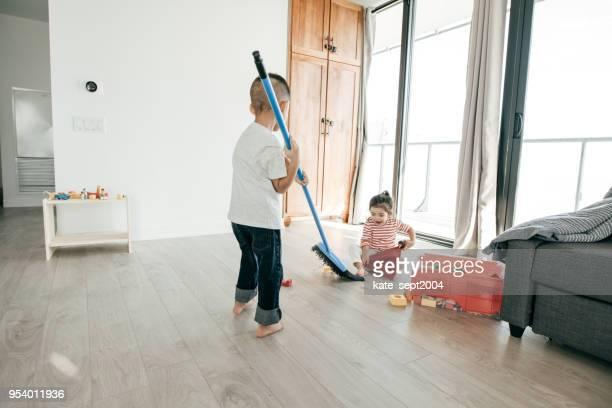 little children and household chores - scope foto e immagini stock