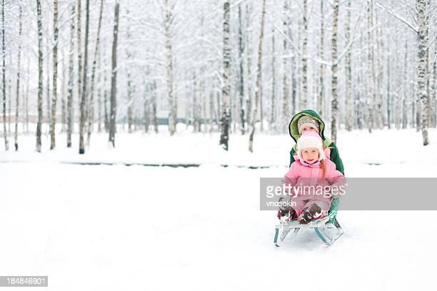 Piccolo bambino in un parco invernale