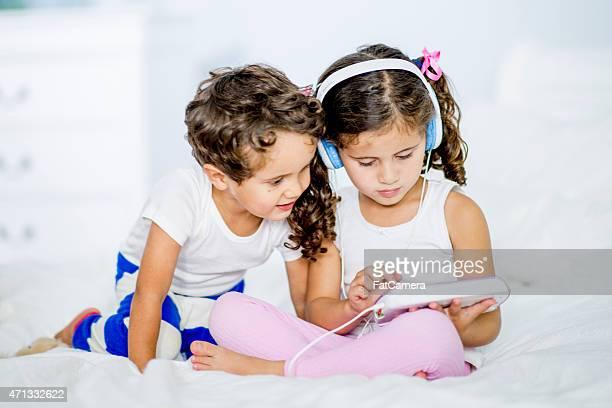 Petits enfants (adultes) avec une technologie