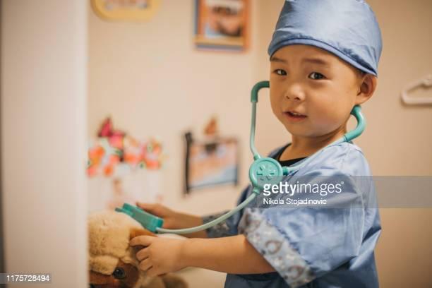 pequeño médico, veterinario - disfrazar fotografías e imágenes de stock