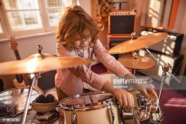 Poco baterista ajuste Kit de cilindro en música estudio.