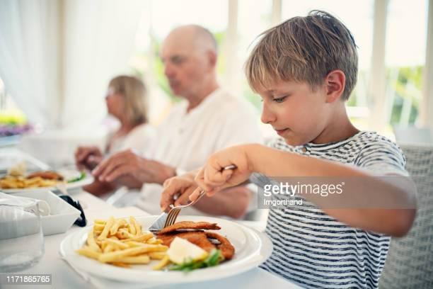 petit déjeuner avec la famille. - côtelette photos et images de collection