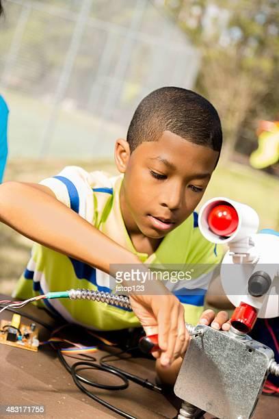 Little Ingénieur ! Elementary enfant marche sur'robot'il a créé.