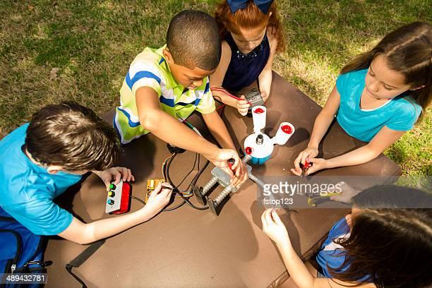 小さなエンジニアーズ。 民族小学生'robot'お子様が協力して作成されています。
