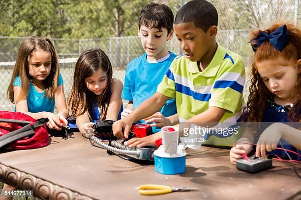 Little engineers! Multi-ethnischen elementary Kinder zusammen auf'robot'Design.