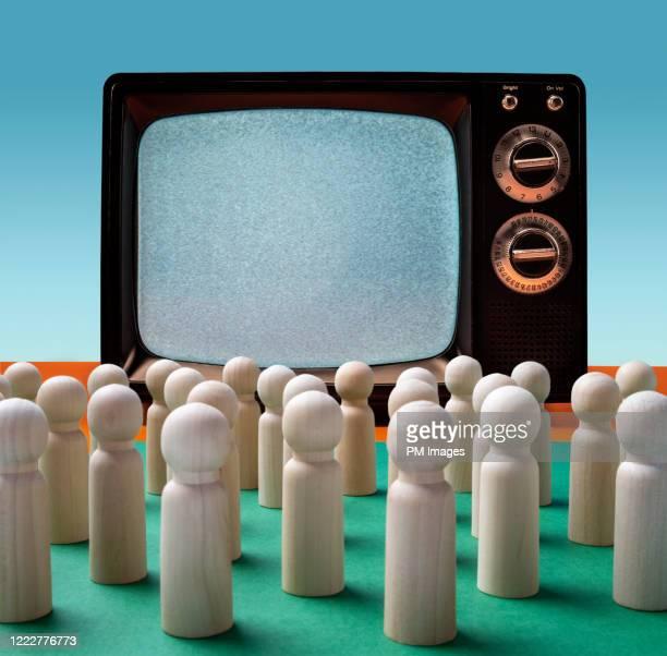 little figures watching tv - insight tv stock-fotos und bilder