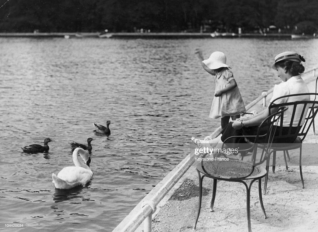 Little Girl And Swan At The Bois De Boulogne Around 1930 : News Photo