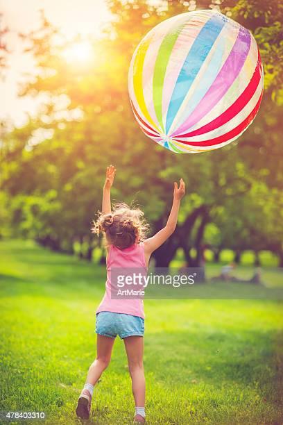 Rapariga e contacto com a bola