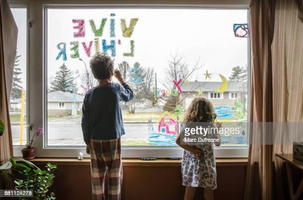 Petite fille et garçon, à colorier sur la fenêtre du salon une ambiance d'hiver pour être vu de l'extérieur