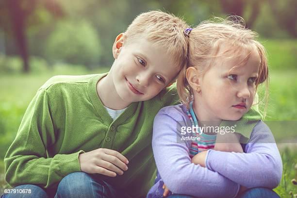 Kleine Mädchen und Jungen im Freien