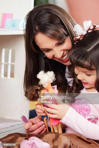 Kleine Mädchen und Mutter mit Puppenhaus