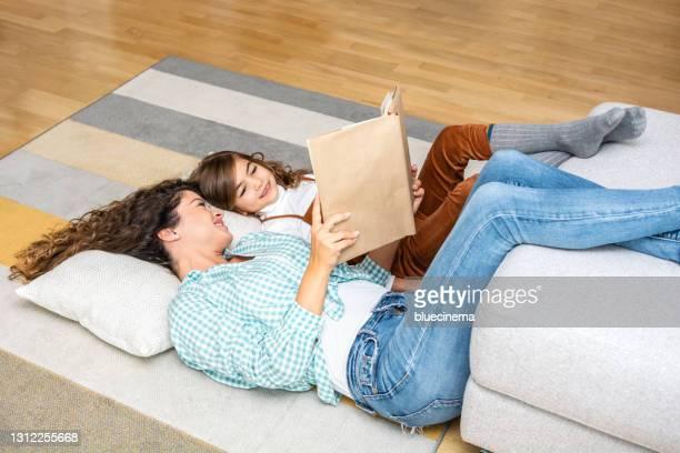 menina e mãe curtindo um livro juntos. - 6 7 anos - fotografias e filmes do acervo