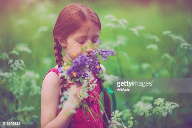 Kleines Mädchen und Natur