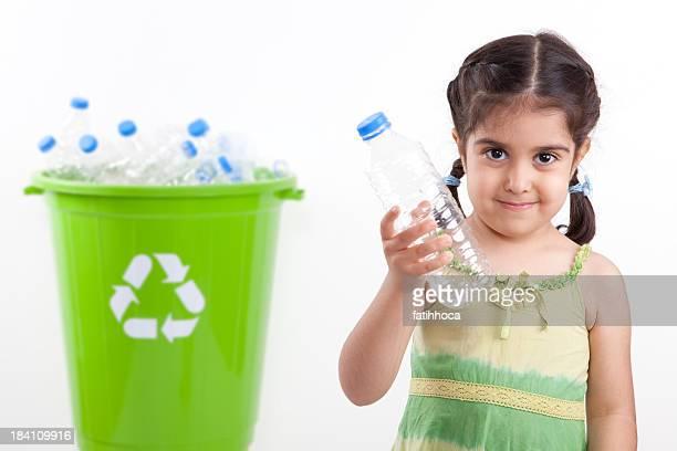 Petite fille et recyclage