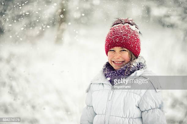 Kleines Mädchen und der Schnee
