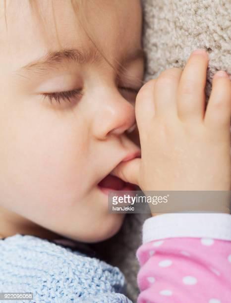 pequeno polegar em menina dormindo e chupando - chupando dedo - fotografias e filmes do acervo
