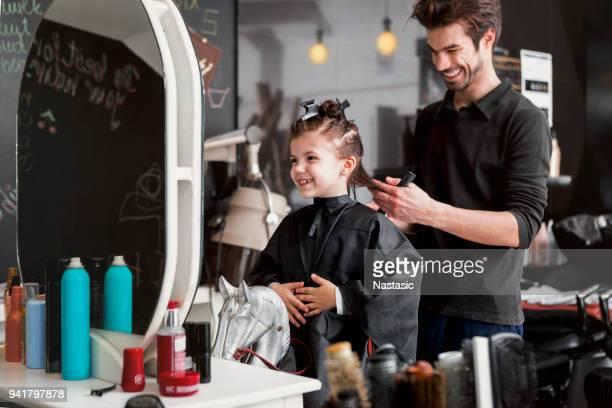 petite fille à un salon de coiffure - salon de coiffure photos et images de collection
