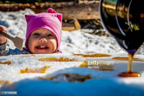 una niña en una choza de azúcar. - arce fotografías e imágenes de stock
