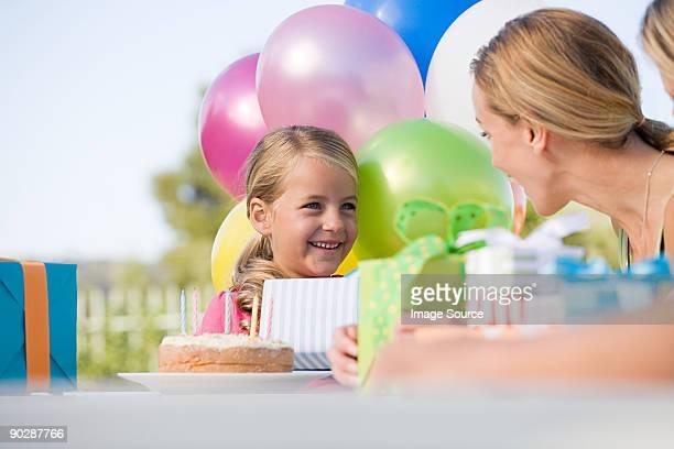 Petite fille à la fête d'anniversaire souriant à son