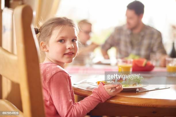kleines Mädchen beim Mittagessen