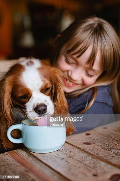 小さな女の子には、コーヒーショップです。