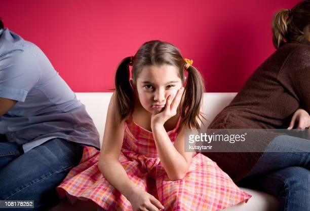 Kleines Mädchen gelangweilt in der Familie