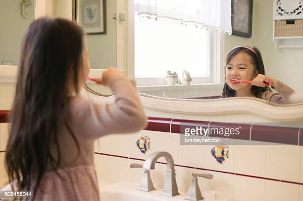 Kleines Mädchen Bürsten Ihrer Zähne im Badezimmer