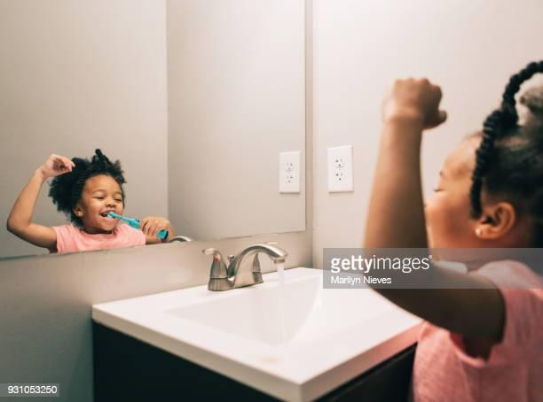 klein meisje haar tanden poetsen - alleen één meisje stockfoto's en -beelden