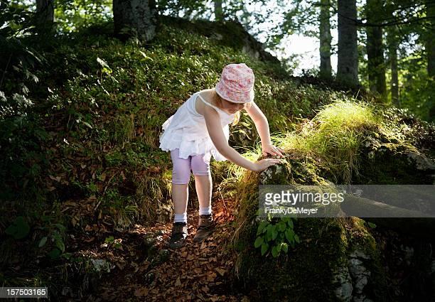 Petite fille bien grimper abrupt passage dans les bois