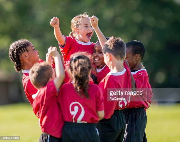 little girl cheering in team huddle - sportteam stockfoto's en -beelden