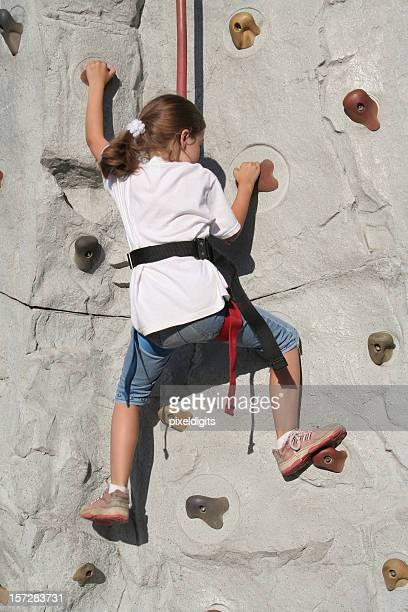 Kleines Mädchen klettert die Wand