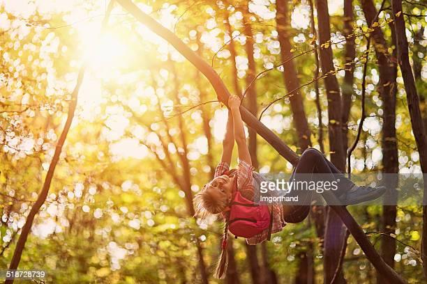 Kleines Mädchen klettert die tree
