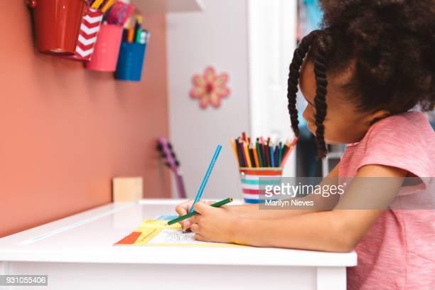 kleines Mädchen Färbung auf ihrem dest
