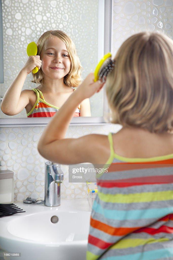 Kleines Mädchen Kämmen : Stock-Foto