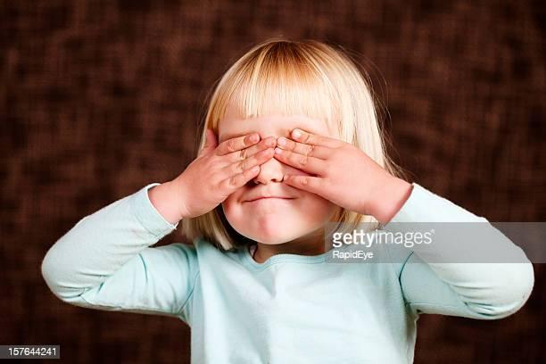 """Niña cubre los ojos a """"see no evil"""""""