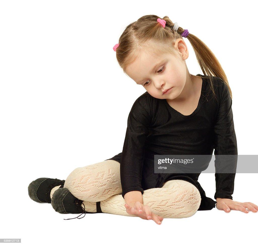Little Girl bailarín s'encuentra sobre fondo blanco : Foto de stock