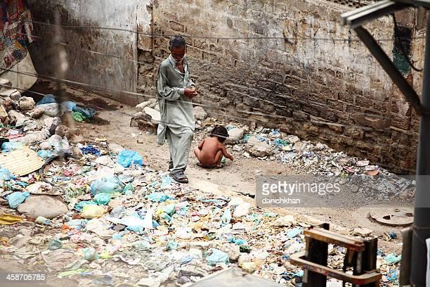 kleines mädchen defecation in offenen am straßenrand müllkippe - stuhlgang stock-fotos und bilder