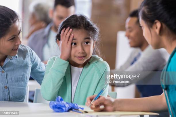 little girl describes symptoms to nurse - free of charge stock pictures, royalty-free photos & images