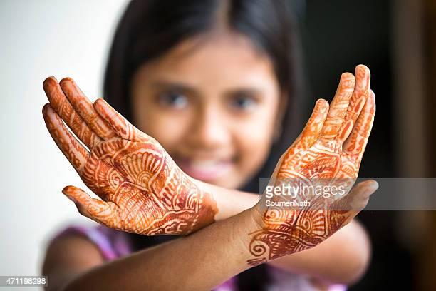Poco Chica mostrando de tatuaje de henna también llamada Mehendi