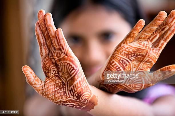 Petite fille portant Tatouage au henné également appelé Mehendi