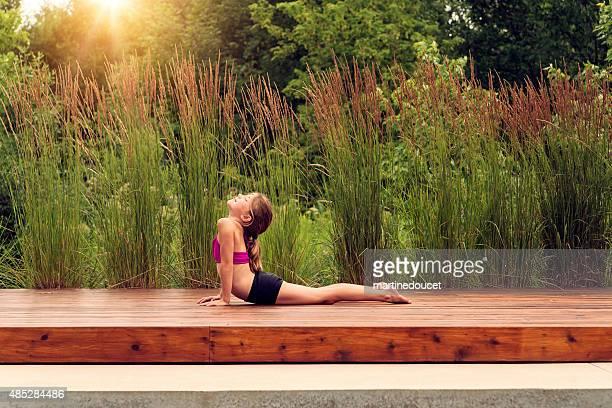 Kleine Mädchen tun yoga im Freien im Sommer Natur.