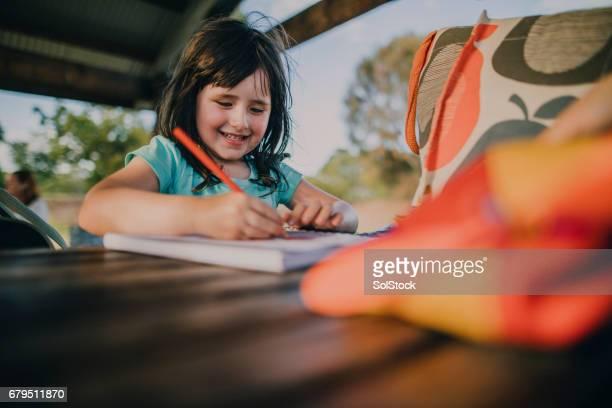 Petite fille dessin dans un livre à colorier