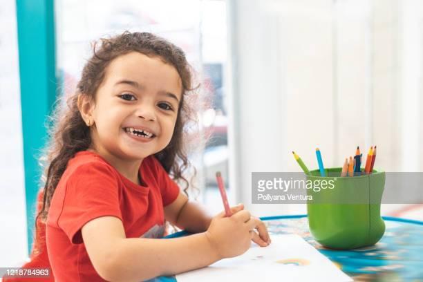 menina desenhando com lápis colorido - criança - fotografias e filmes do acervo