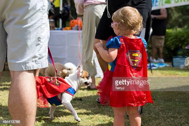 petite fille habillée comme supergirl avec un bouledogue français - fesse enfant photos et images de collection