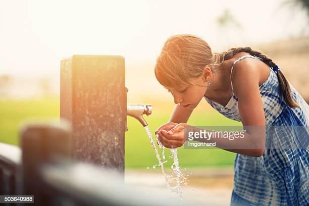 Ragazzina beve acqua